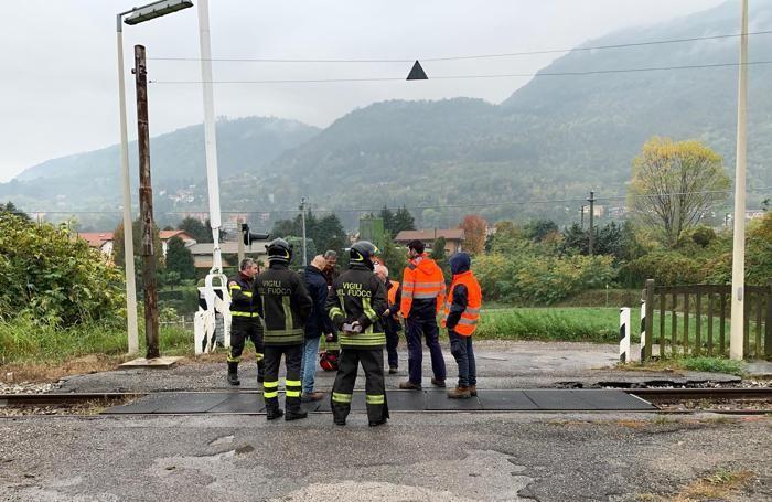 I vigili del fuoco di Erba e i tecnici di Ferrovienord mentre ispezionano le condizioni dei binari