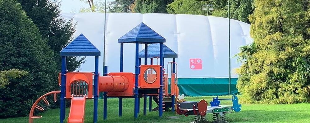 """Erba, spunta un """"pallone"""" nel parco La nuova struttura coperta del Tennis club"""