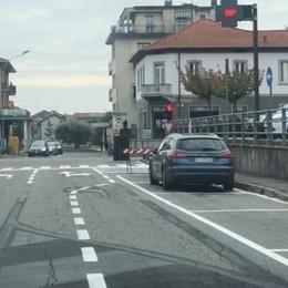 Le auto sono in sosta, non in fila  Ma c'è chi si mette in coda  Succede a Bulgarograsso