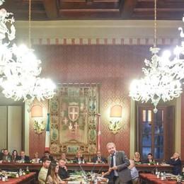 """Il Comune: via i lampadari antichi  A Palazzo meglio le luci a """"led"""""""