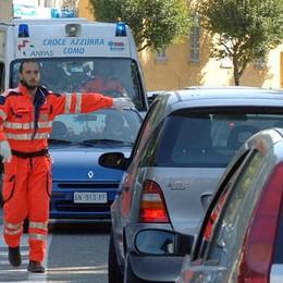 «Mio figlio di 3 anni stava male Ambulanza ferma per le auto in divieto»