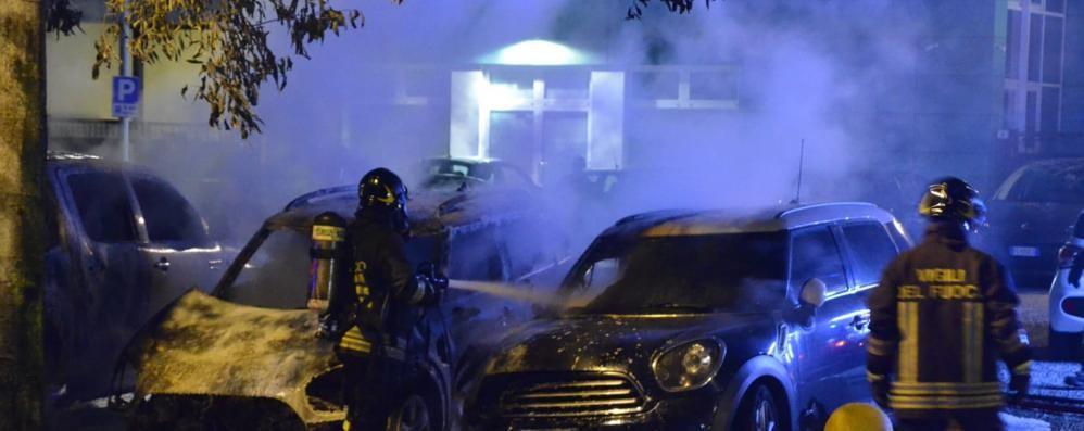 Tre auto in fiamme   nel centro di Mariano (video)
