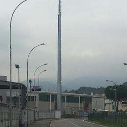 Antenna di 30 metri per i telefonini  Il sindaco: «Nessun pericolo»
