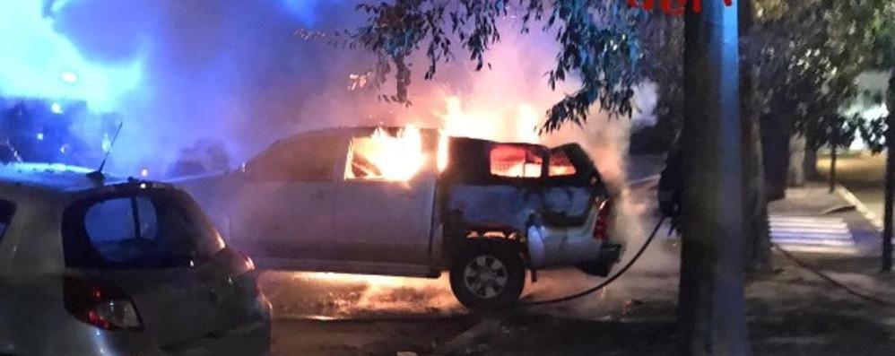 Automobile prende fuoco  I pompieri a Mariano