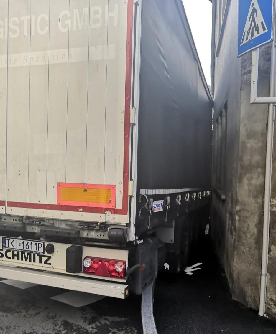 Un'altra immagine del camion incastrato