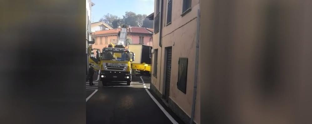 Camion incastrato a Casnate  Arriva l'autogru per liberarlo   QUI e QUI i video dell'intervento
