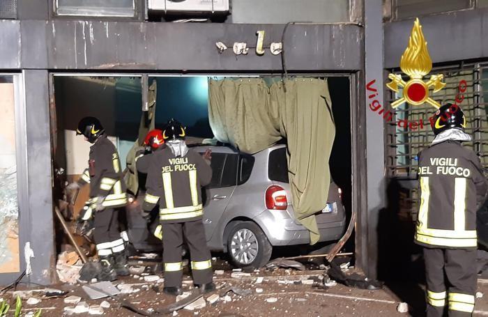 Incidente via Paoli auto nella vetrina