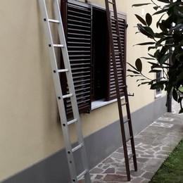 Lomazzo, i ladri  con le scale  Ma i residenti li mettono in fuga