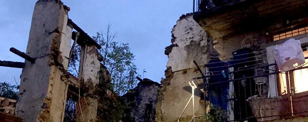 Crolla casa disabitata  Paura nella notte a Livo