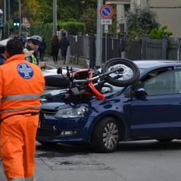 Mariano, moto contro auto Sedicenne miracolata: solo graffi