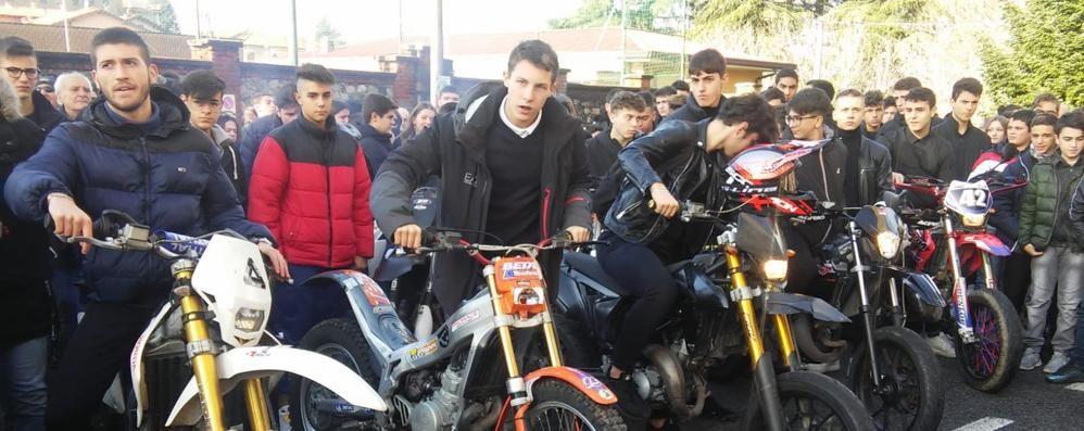 Bregnano, folla ai funerali di Ethan  L'addio con il rombo delle moto