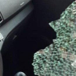 Cantù,  vetro rotto fuori dall'asilo  Via il portafogli della mamma