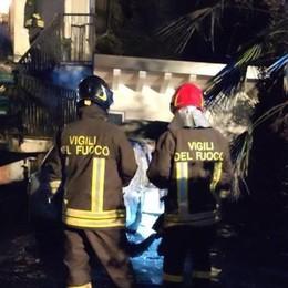 Auto in fiamme, casa a rischio I vigili del fuoco a Cantù