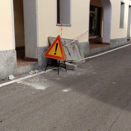 Camion fa crollare il balcone  Figino, rischiata una tragedia