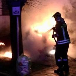 Auto in fiamme nella notte I vigili del fuoco a Lurate
