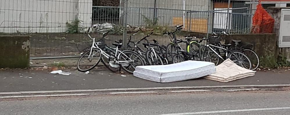 Bici e materassi abbandonati Via Napoleona, il degrado avanza