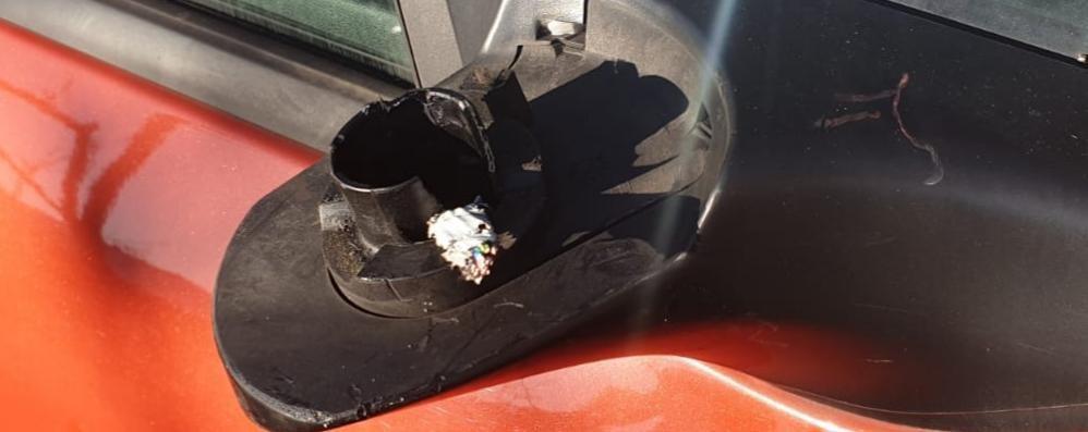 Brienno, vandali o ladri?  Tranciati gli specchietti di 12 auto