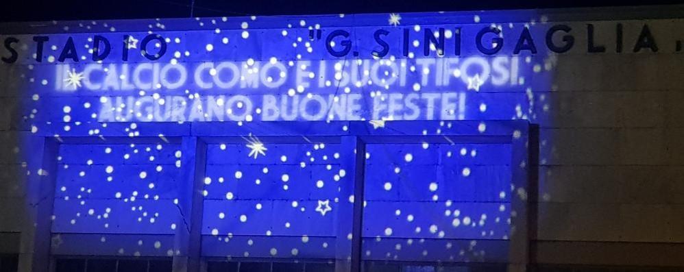 Buon Natale Ultras.Il Buon Natale Del Como Sulla Facciata Del Sinigaglia Como Calcio Como