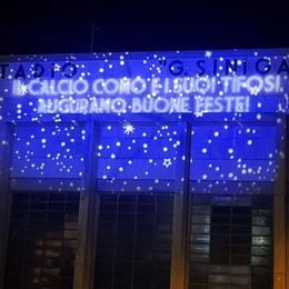 """Il """"Buon Natale"""" del Como sulla facciata del Sinigaglia"""