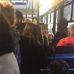 """Villa Guardia, bus da incubo  «Il primo era """"allagato""""  e l'altro piccolo e freddo»"""