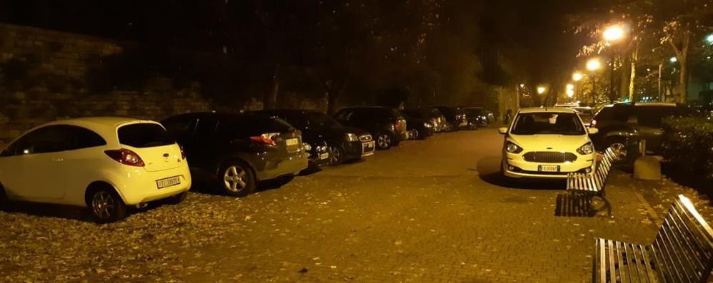 Auto in sosta nel parco e sui marciapiedi  I vigili? «Non sono mai arrivati»