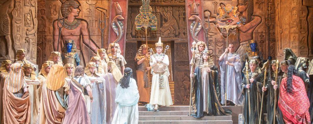 """Corale e intima: """"Aida"""" abbaglia il teatro Sociale"""