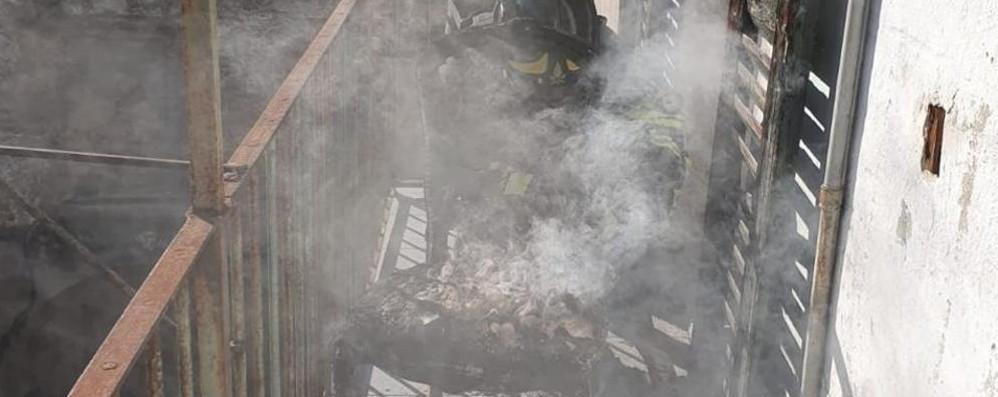 Fuoco e fumo in cucina Pompieri in via Vittani