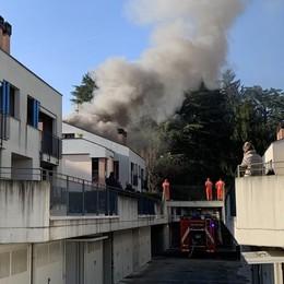 Lambrugo, due mansarde in fiamme  Venti vigili del fuoco al lavoro in via Roma