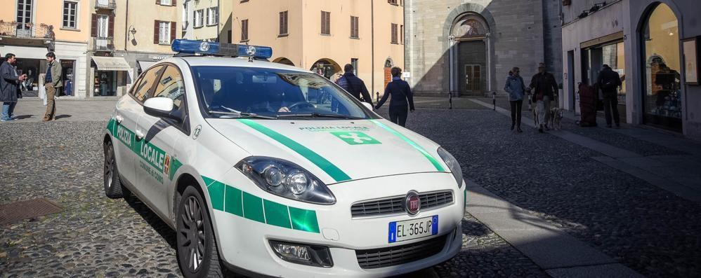 Baristi multati per la sedia fuori posto  «Che beffa: 173 euro per pochi centimetri»