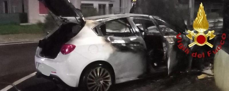 Auto in fiamme dopo l'incidente Vigili del fuoco a Novedrate - La Provincia di Como