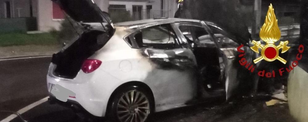 Auto in fiamme dopo l'incidente Vigili del fuoco a Novedrate