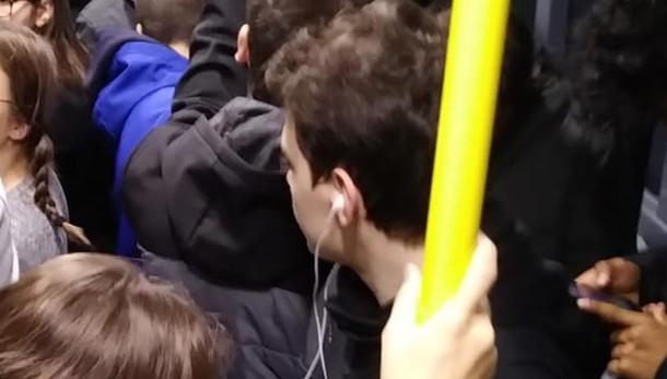 Bus C60 super affollato ogni mattina   Un ragazzo si sente male per la ressa