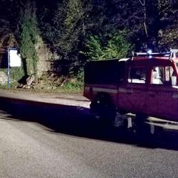 Frana sabato notte a Valbrona  Danneggiata auto in transito
