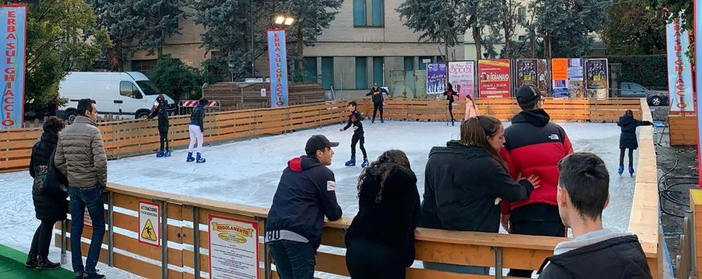 Si pattina sul ghiaccio  In centro Erba è già Natale