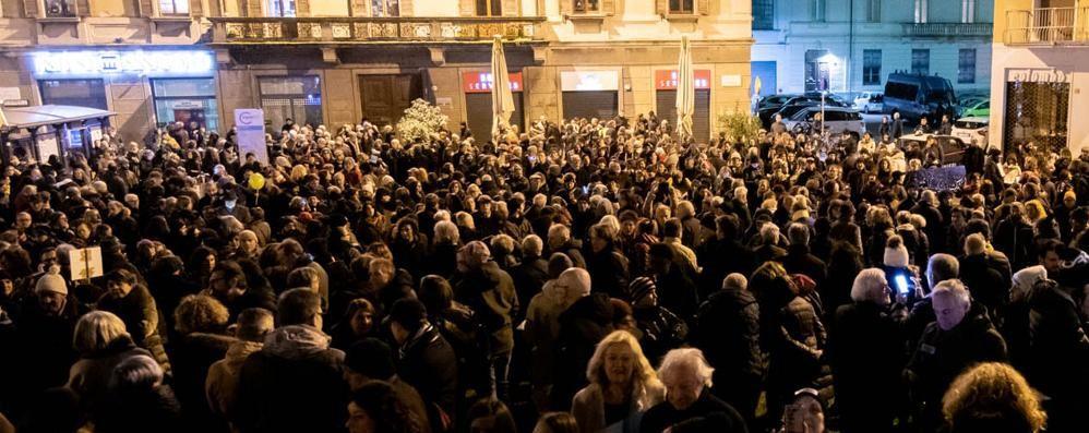 Como: fuoco sulle sardine  La Lega: «Fascistelli»  Butti: «Sono il Pd»