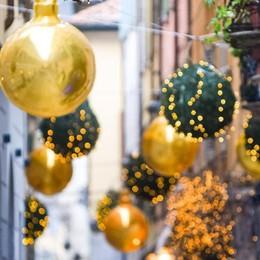 """Addobbi natalizi e polemiche  Quei """"palloni"""" sono belli o brutti?"""