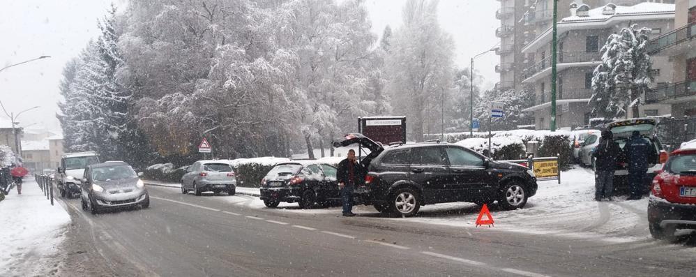 Prima la neve, in serata il ghiaccio  Incidenti in serie nell'Olgiatese