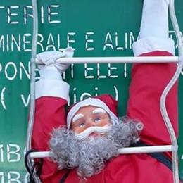 Rovello, a ruba i Babbi Natale  Spariti quelli finiti nella discarica