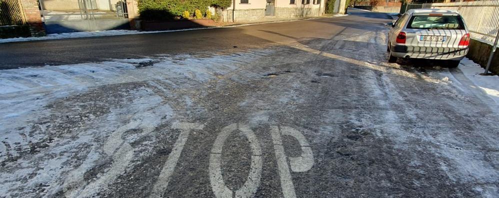 """Olgiate, incidenti, cadute e nuove accuse  Il Comune """"scivola"""" sul ghiaccio"""