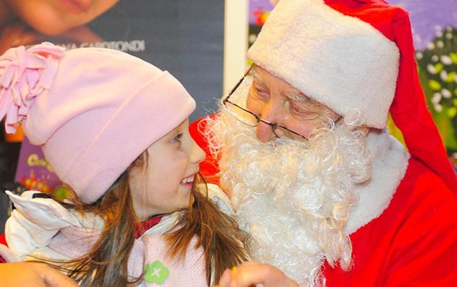 A Che Ora Arriva Babbo Natale.Babbo Natale Arriva Nel Cortile Del Comune Cronaca Como