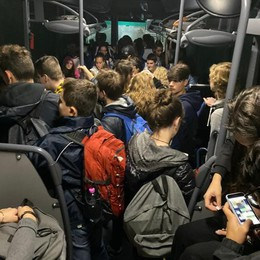 «Come sardine sui bus per Morbegno»  Firme di protesta da Pianello a Gravedona
