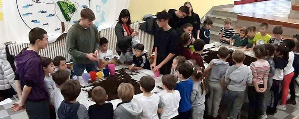 I soldi dei genitori salvano le scuole  Raccolti seimila euro a Erba