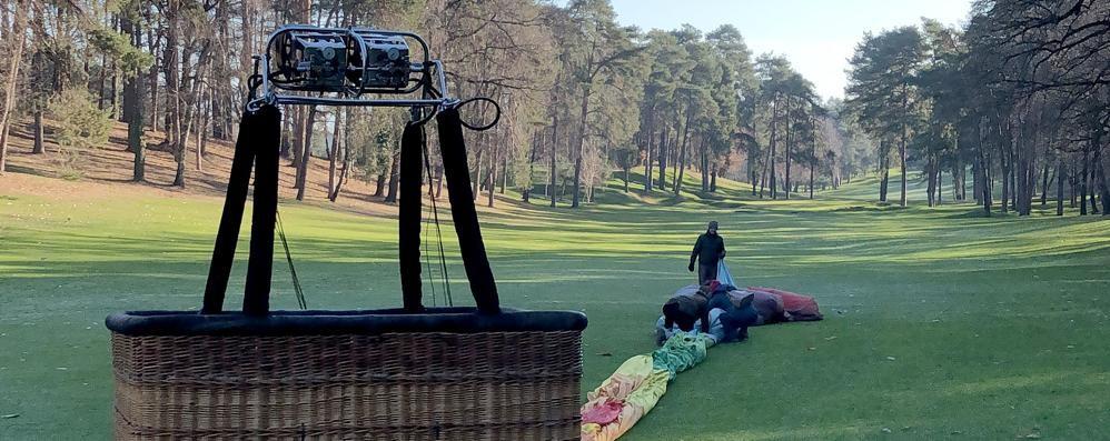 La mongolfiera finisce in buca  Atterraggio  al golf di Montorfano
