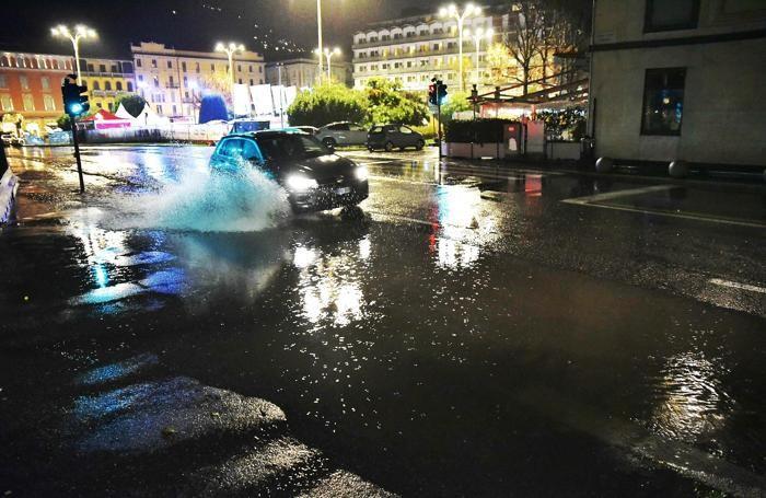 Como esondazione lago in piazza Cavour