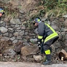 Scarica di sassi sulla Statale Regina  Nessun ferito, strada a senso alternato