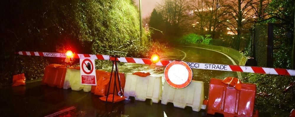 Frana in via Per San Fermo, il Comune: «Impossibile riaprire ora la strada»