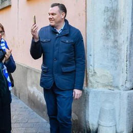 Muggiò, scandalo piscina  La sveglia al sindaco in una grande calza