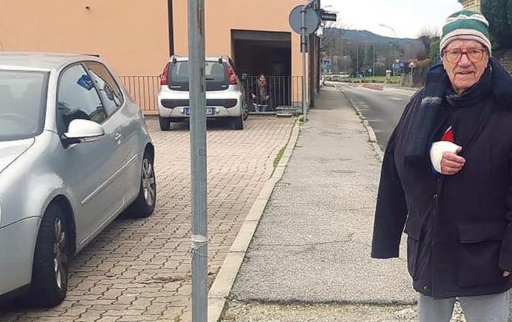 Orsenigo, ex sindaco cade e si fa male  «Marciapiede pericoloso»