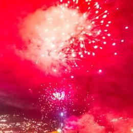 Sant'Agostino, pontile in fiamme  Ma che spettacolo i fuochi sul lago