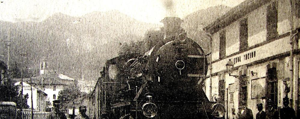 Velluti rossi e tanti vip seduti in carrozza  Proprio 140 anni fa il primo treno a Erba